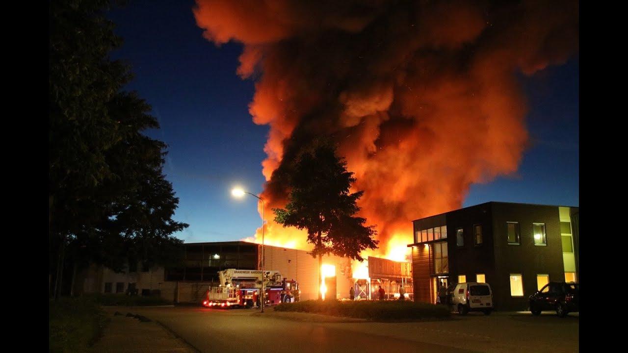 Grote uitslaande brand timmerfabriek Olofsen Harderwijk - YouTube
