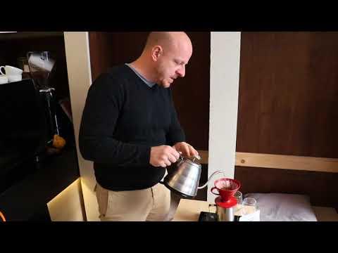 Hogyan készíts otthon jó kávét? Így készíti Nagy Krisztián a V60-at a One Cup-ban