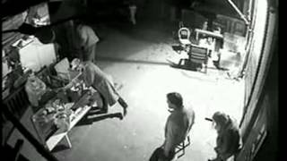 Скачать GIRL Caught On Cctv Taking A Pee Outside Pub