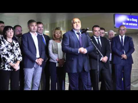 """Бойко Борисов: Благодаря на всички, които работиха по отсечката на метрото до столичния кв. """"Хладилника"""", защото това е общо благо, това е показано усилие на всеки на неговия пост. Проектът е за 26.4 млн. евро и е финансиран с 22 млн. евро по оперативна програма """"Транспорт"""", а останалите са национални средства. Това е първият завършен инфраструктурен проект за програмния период 2014-2020 г. В Европа няма отсечка на метрото под 80 млн. евро на километър, обикновено са около 100 млн. евро. С цялата благодарност към Европейската комисия, когато влаковете са ни еднакви, системите за сигурност са еднакви, материалите са еднакви, надзорници, проектанти са еднакви, как ние постигаме 21 млн. евро на километър, те постигат над 80 млн. евро. Разбира се, при толкова мащабни проекти няма как да не се получат непредвидени препятствия, но е важно да бъдат отстранени бързо и проектът да бъде завършен."""