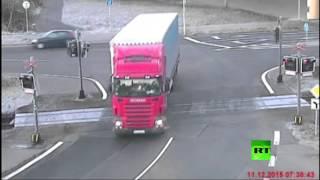 بالفيديو.. سائق شاحنة ينجو بأعجوبة من حادث تصادم مع قطار