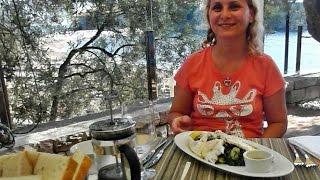 Питание в Черногории обед цена Святой Стефан(Обедаем в ресторане Оливе на курорте Святой Стефан (Черногория). Рыба, мясо, цена. Всё в этом клипе., 2015-08-07T06:33:03.000Z)