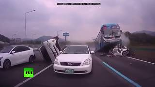 В Южной Корее автобус раздавил несколько автомобилей на шоссе