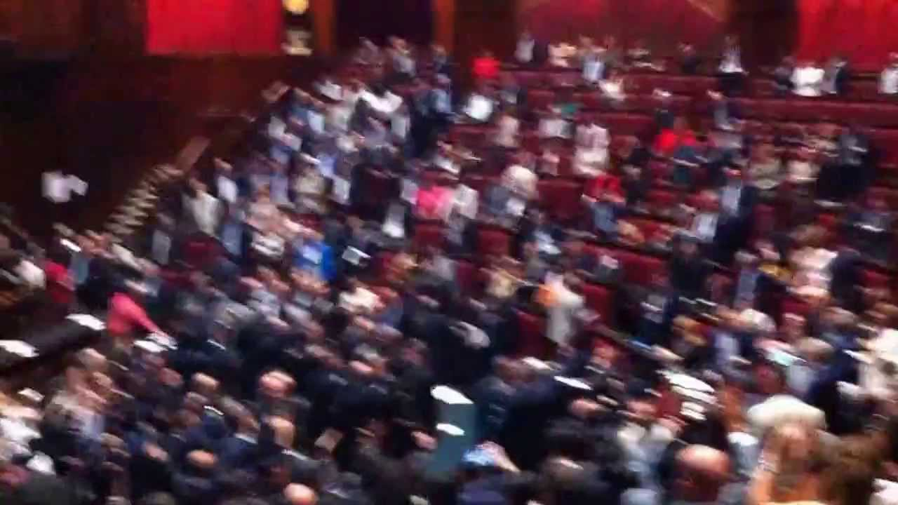 Parlamento caos il pd aggredisce i 5 stelle viyoutube for Parlamento 5 stelle