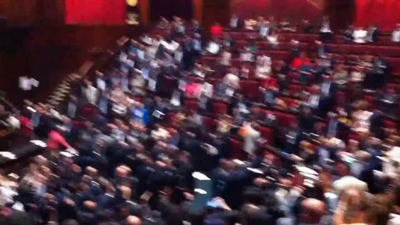 Parlamento caos il pd aggredisce i 5 stelle viyoutube for Parlamento movimento 5 stelle