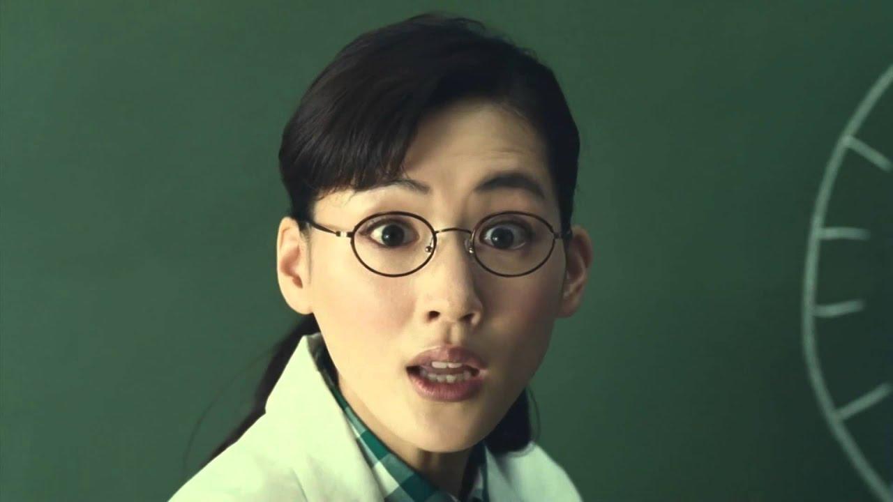 メガネをかけて驚いた表情の綾瀬はるか