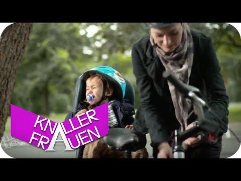 Baby auf dem Fahrradsitz | Knallerfrauen mit Martina Hill