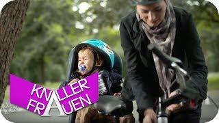 Knallerfrau mit Baby auf dem Fahrradsitz