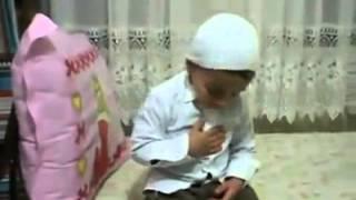 çocuk zikrederken kendinden geçiyo