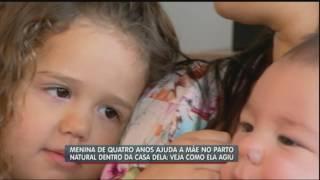 Menina de 4 anos ajuda mãe no parto natural dentro de casa