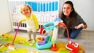 Bebek videoları. Sevcan ve Derin odayı temizliyorlar. Temizlik yapma oyunu