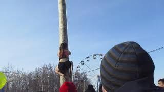 Девушка покоряет призовой столб Масленница 2019 Липецк Парк Победы