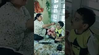 Мама учит кушать сына