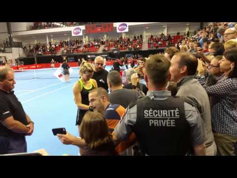 Eugenie Bouchard signe des autographes à la Coupe Banque Nationale