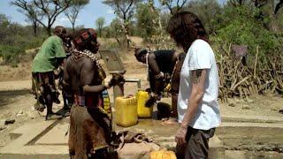 Raz & The Tribe: Asia Argento aiuta le donne della tribù Hamar a trasportare l'acqua