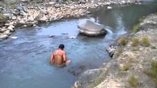 Telanjang mandi di sungai