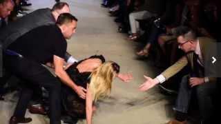 スーパーモデルのキャンディス・スワンポール、ランウェイで派手に転倒 キャンディススワンポール 検索動画 5