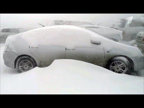 Из-за снежного циклона в Приморье отменены десятки автобусов и внутренних авиарейсов.