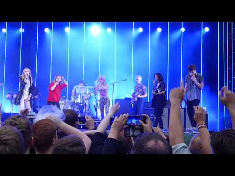 Paramore  Misery Business  in Hamburg with Fans