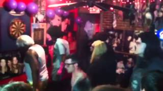 Танец БМФ (Нью-Йорк), Бар Гадкий Койот!