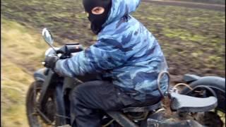 На тяжёлом немецком мотоцикле с коляской по полю - фильм