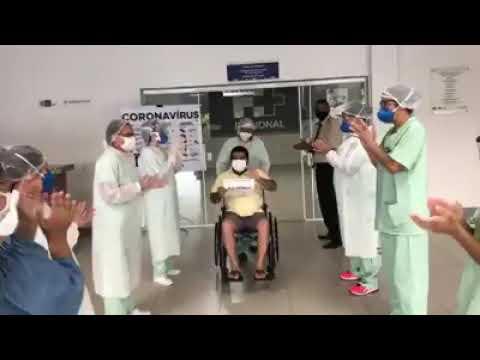 Paciente recuperado de Covid-19 comemora ao deixar Hospital Regional
