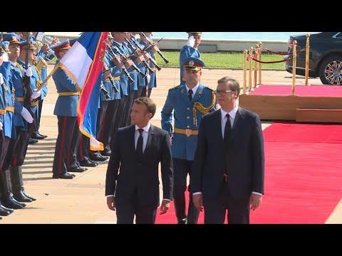 Macron accueilli en
