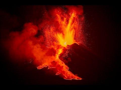 مشاهد مذهلة لثوران بركان إتنا للمرة السادسة خلال ثمانية أيام  - نشر قبل 5 ساعة