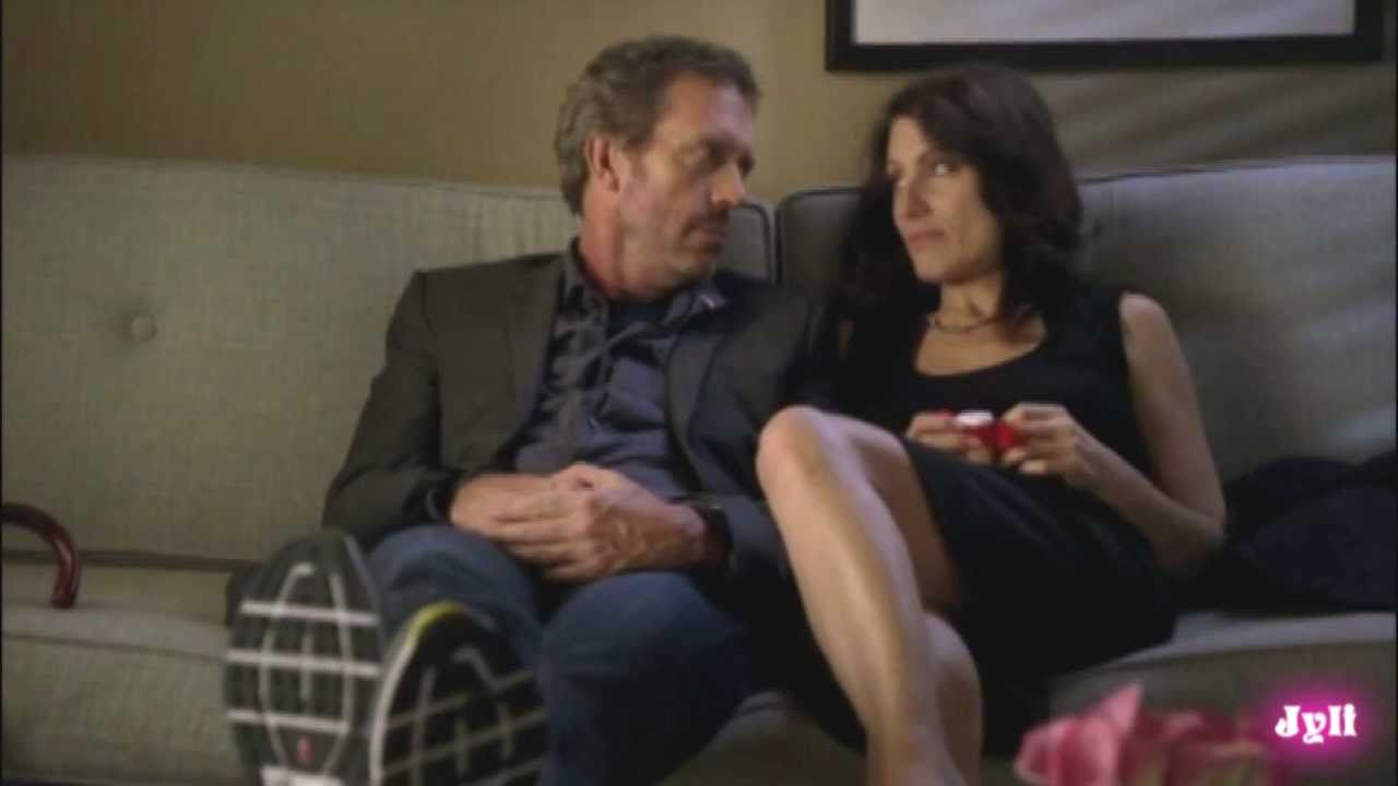 When do house and cuddy start dating