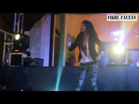 Onadio Leonardo & Widikidiw 1990 - Uptown Funk Bruno Mars Cover at Heyho Stage Jakcloth