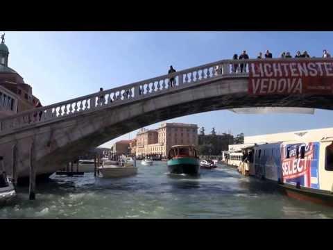 Venise sur le grand canal en vaporetto