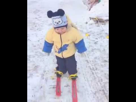 Мне нет 2-х лет, а я на лыжах.