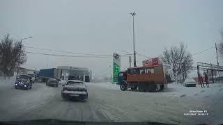 В снегопад фуры выстроились на Политехнической в Саратове