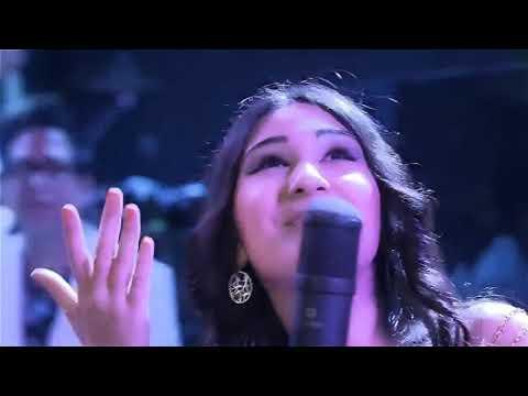 Таджичка поет на 5 языков! Очень красива даже!