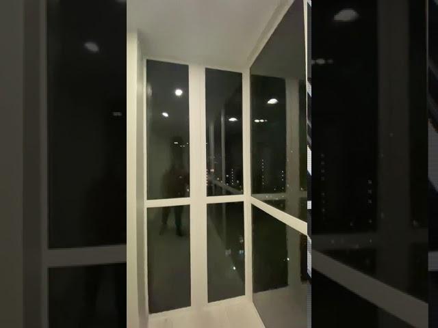 Смотреть видео Отделка балкона с панорамным остеклением