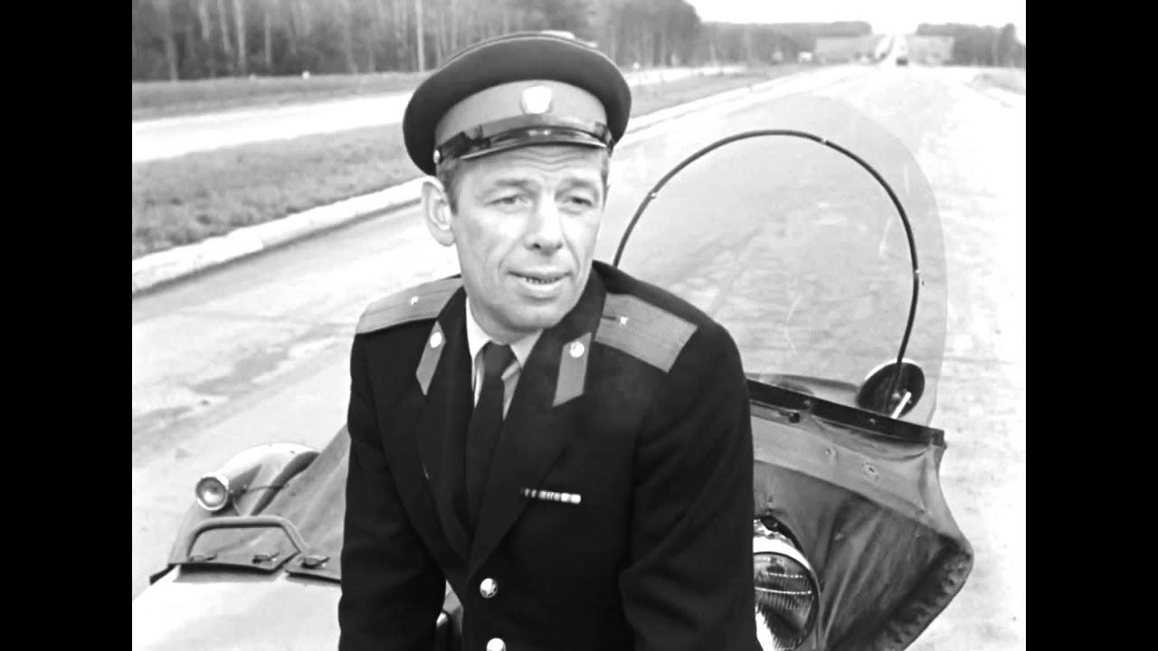 """А чего это ты от меня удирал? Привычка. Ты догоняешь - я удираю. """"Берегись автомобиля"""" 1966 г."""