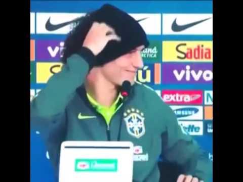 David Luiz faz coração em coletiva