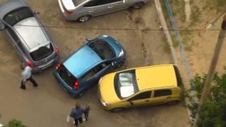 Блондинка выезжает с парковки