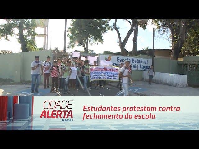 Estudantes protestam contra fechamento da escola Bom Conselho