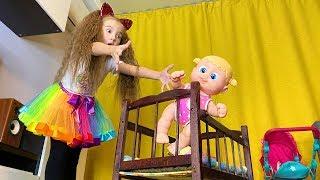 Маша устроила дома детский сад с игрушками пока Мама спит