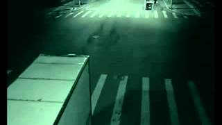 камера зафиксировала как ангел спас мотоциклиста.mp4(, 2012-11-27T12:35:33.000Z)