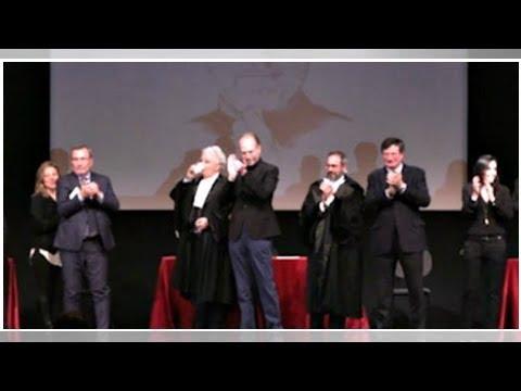 Processi alla storia, Steve Jobs imputato al teatro Manzoni di Milano: colpevole o innocente? Il ...
