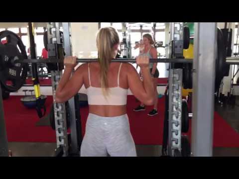 Swedish fitness model Katarina Konow training legs in the Bahamas 💪🏼