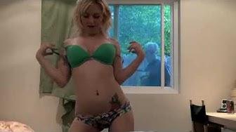 Questa ragazza si sta spogliando in webcam. Ma guardate cosa succede