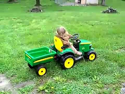 Tractor John Deere Ground Force cu remorca Peg Perego