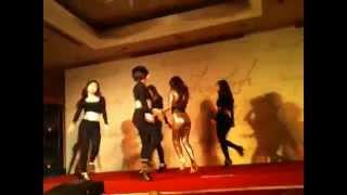 Hoàng Thùy Linh nhảy đẹp hơn cả vũ công trong buổi họp báo