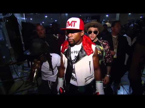 Floyd Mayweather Walks Out With Justin Bieber & Lil Wayne!
