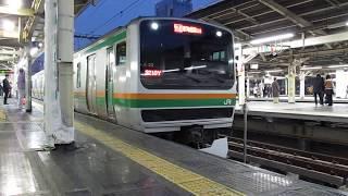 工事中の横浜駅6番線をE231系が発車