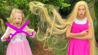 Stacy e Nastya interpretam uma cabeleireira e pintam os cabelos