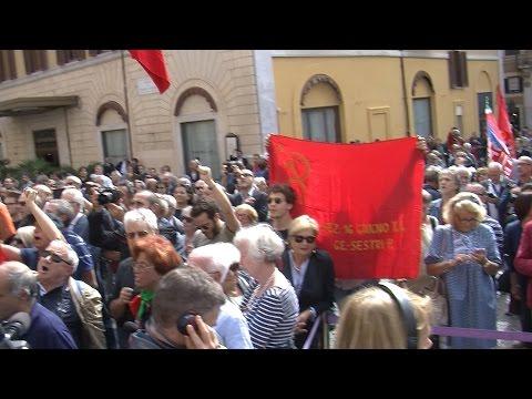 Al funerale di Pietro Ingrao la folla canta
